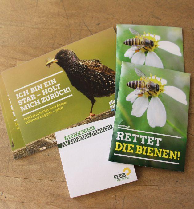 Im grünen Paket gegen Insektensterben sind Postkarten, Samentüten und Notizblöcke.