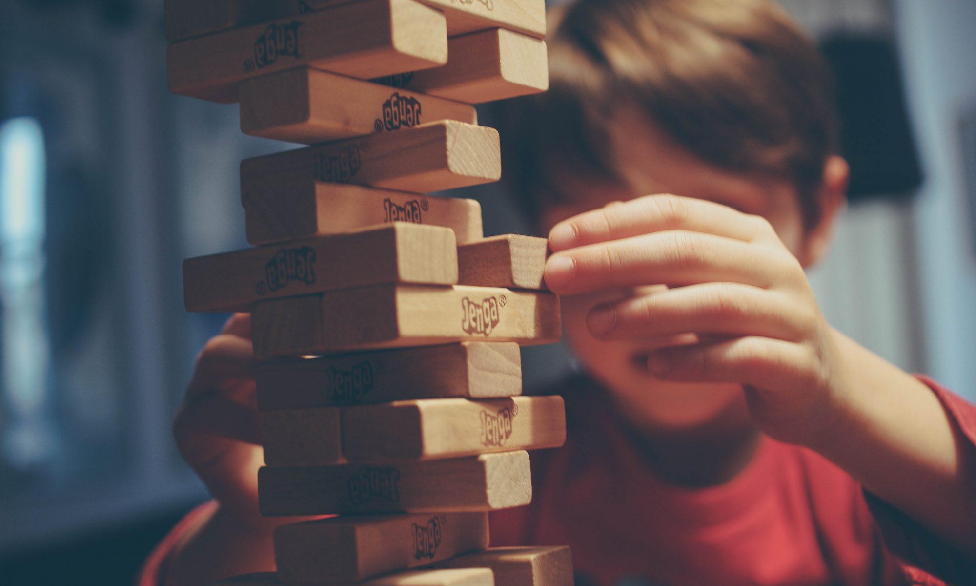 Junge spielt mit Bauklötzen. Erst Qualitätsverbesserungen, dann die Abschaffung von Kita Gebühren. So müsste es eigentlich laufen.