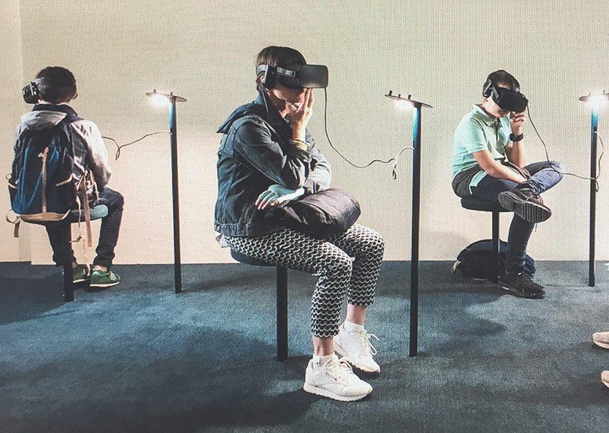 Sitzende Schüler*innen mit Virtual-Reality Brillen