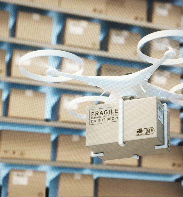 Paket wird per Drohne im Lager aus Regal geholt